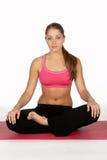 Jeune femme en position de yoga photos libres de droits