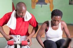 Jeune femme en stage de formation avec son entraîneur image libre de droits