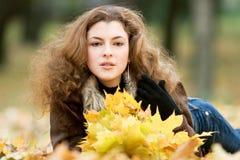 Jeune femme en stationnement Photographie stock libre de droits