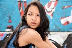 Jeune femme en stationnement Photo libre de droits