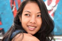 Jeune femme en stationnement Image libre de droits