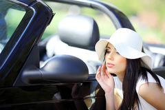 Jeune femme en stationnement d'été. Photos stock