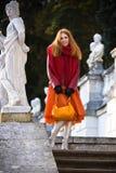 Jeune femme en stationnement d'automne Photographie stock libre de droits