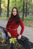 Jeune femme en stationnement d'automne images stock
