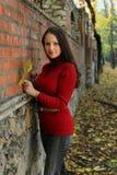 Jeune femme en stationnement d'automne photo libre de droits