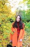 Jeune femme en stationnement d'automne photos stock