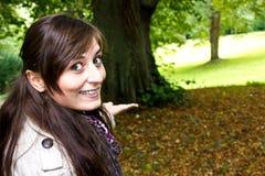 Jeune femme en stationnement d'automne Photographie stock