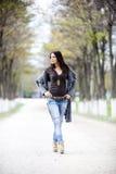 Jeune femme en stationnement d'automne Photo stock