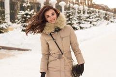 Jeune femme en stationnement de l'hiver photo stock