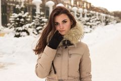 Jeune femme en stationnement de l'hiver Photographie stock libre de droits