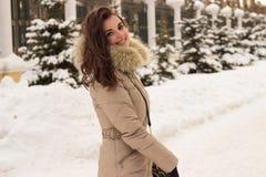 Jeune femme en stationnement de l'hiver images libres de droits