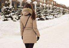Jeune femme en stationnement de l'hiver Photos libres de droits