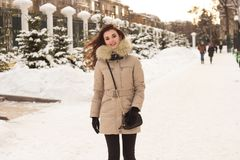 Jeune femme en stationnement de l'hiver Image libre de droits