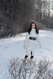Jeune femme en stationnement de l'hiver photos stock