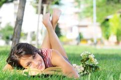 Jeune femme en stationnement, livre et relevé verts photo libre de droits