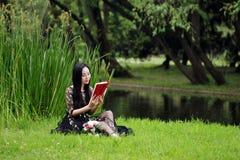Jeune femme en stationnement, livre et relev? verts Bonheur, beau photos libres de droits