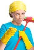 Jeune femme en tant que domestique de nettoyage Images stock