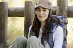 Jeune femme en voyage campant Photo libre de droits