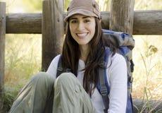 Jeune femme en voyage campant Photo stock