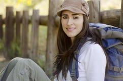 Jeune femme en voyage campant Photographie stock