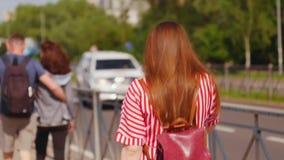 Jeune femme enceinte avec des verres parlant au téléphone et marchant sur la rue Tir moyen banque de vidéos