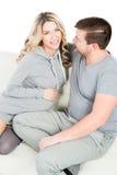 Jeune femme enceinte et père étant dans l'amour Image stock