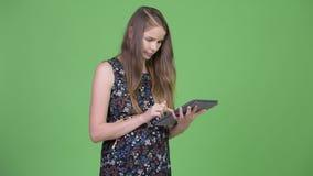 Jeune femme enceinte heureuse à l'aide de la Tablette de Digital clips vidéos