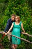 Jeune femme enceinte heureuse avec le jeune homme Image libre de droits