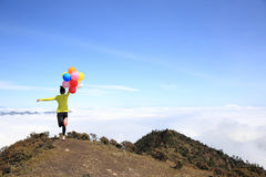 Jeune femme encourageante courue avec des ballons Photos libres de droits
