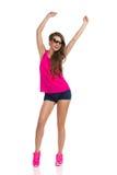 Jeune femme encourageante dans des lunettes de soleil Image stock