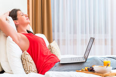 Jeune femme endormie avec un ordinateur Photos stock