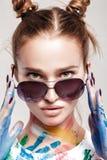 Jeune femme enduite en peinture multicolore Photo libre de droits