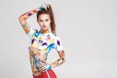 Jeune femme enduite en peinture multicolore Images libres de droits