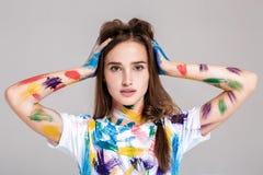 Jeune femme enduite en peinture multicolore Photo stock