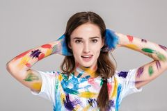 Jeune femme enduite en peinture multicolore Photos libres de droits