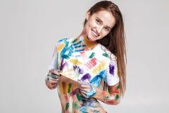 Jeune femme enduite en peinture multicolore Photographie stock libre de droits