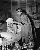 Jeune femme ennuyée obtenant le massage (toutes les personnes représentées ne sont pas plus long vivantes et aucun domaine n'exis images stock