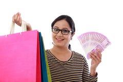 Jeune femme enthousiaste avec des paniers et 2000 notes de roupie Image libre de droits