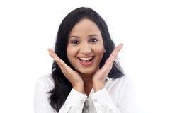 Jeune femme enthousiaste d'affaires contre le blanc photographie stock libre de droits