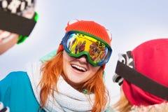 Jeune femme enthousiaste dans le masque de ski Photographie stock