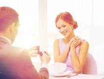 Jeune femme enthousiaste regardant l'ami avec l'anneau Image stock