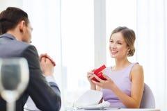 Jeune femme enthousiaste regardant l'ami avec la boîte Photos stock
