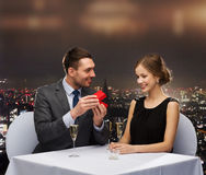 Jeune femme enthousiaste regardant l'ami avec la boîte Photographie stock libre de droits