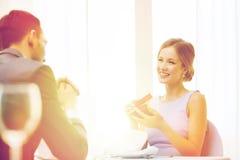 Jeune femme enthousiaste regardant l'ami avec la boîte Photos libres de droits