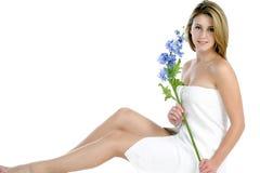 Jeune femme enveloppé en essuie-main blanc Photos libres de droits
