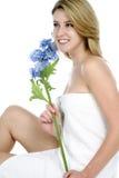 Jeune femme enveloppé en essuie-main blanc Images libres de droits