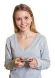 Jeune femme envoyant le message textuel photo libre de droits