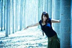 Jeune femme espiègle dans les bois Image libre de droits