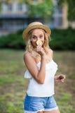 Jeune femme espiègle sur un fond de jardin Une fille joyeuse dans un chapeau Fille avec un citron Régimes exotiques Style de vie  photo libre de droits