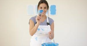 Jeune femme espiègle mignonne avec la peinture bleue Images stock